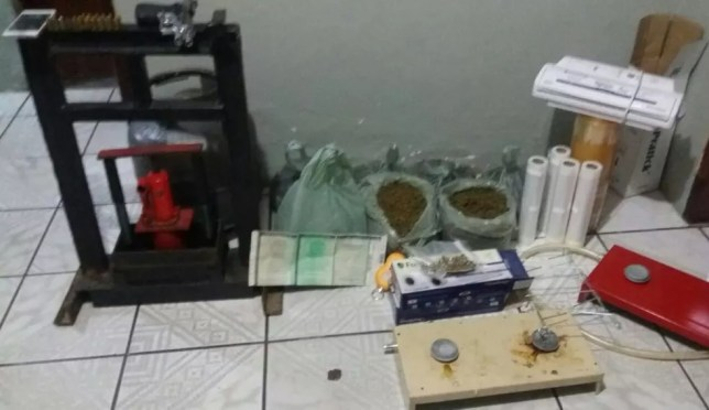 Droga e outros materiais foram apreendidos com os suspeitos, em Custódia (Foto: Polícia Civil/Divulgação)