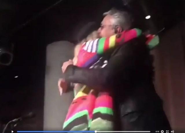 Madonna e Caetano Veloso se abraçam (Foto: Reprodução/Facebook)