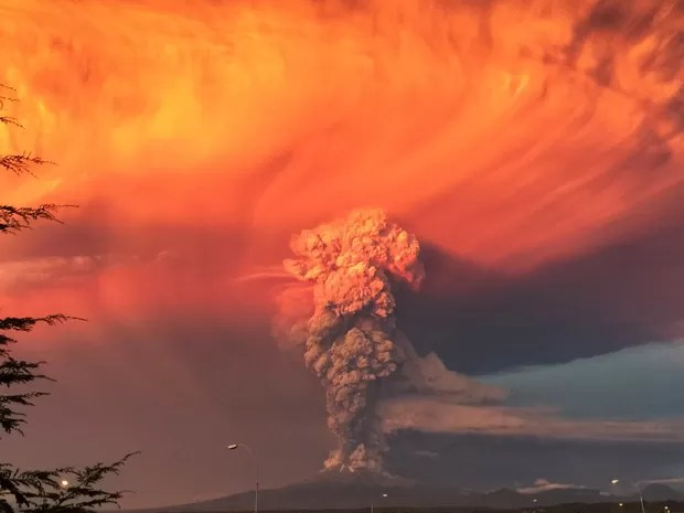 Fumaça e cinzas do vulcão Calbuco surgem no céu visto da cidade de Puerto Montt, no Chile. O vulcão Calbuco, no sul do país, entrou em erupção pela primeira vez em mais de cinco décadas nesta quarta-feira (22) (Foto: Rafael Arenas/Reuters)
