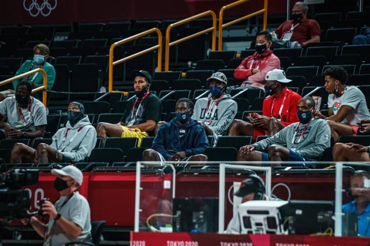 Seleção americana masculina de basquete assiste ao jogo da seleção feminina contra o Japão — Foto: Reprodução/Twitter