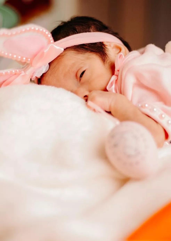 A pequena Júlia participou do ensaio fotográfico na quinta (1º) quando estava na UTI Neonatal — Foto: Arquivo/Hospital Santa Juliana