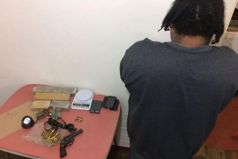 Homem foi preso com drogas, armas e munições em Gravataí (Foto: Polícia Civil/Divulgação)