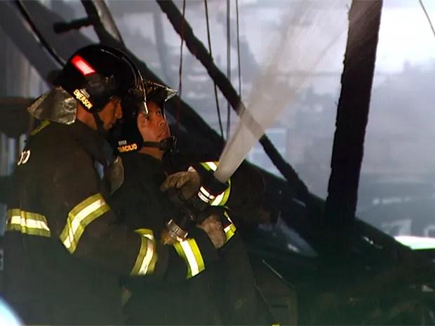 Incêndio de 2 horas destrói galpão e prédio em gráfica de Americana, SP (Foto: Reprodução EPTV)
