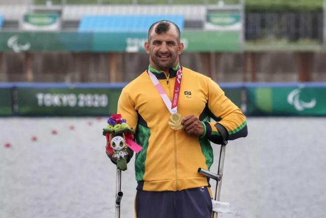 Fernando Rufino com a medalha de ouro paralímpica — Foto: Miriam Jeske/CPB @miriamjeske.photo