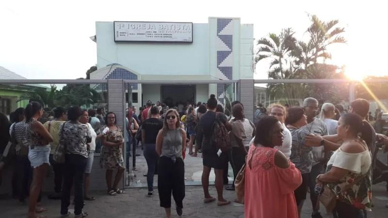 Amigos e familiares estiveram presentes no velório de Regiane — Foto: Caio Dias/Inter TV