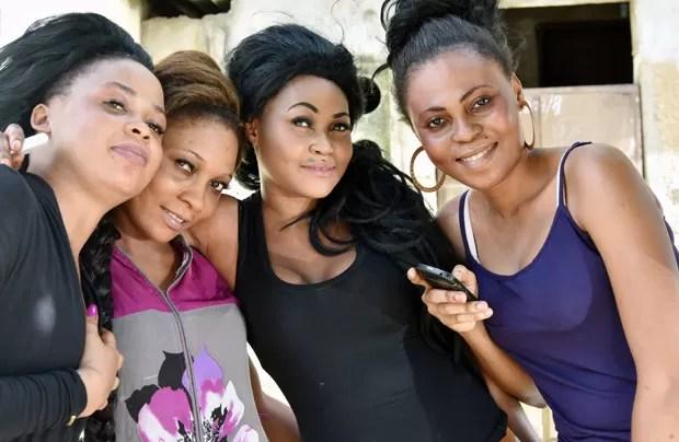 Foto de maio de 2015 mostra mulheres da Costa do Marfim que usam cosméticos para clarear a pele  (Foto: AFP Photo/Sia Kambou)