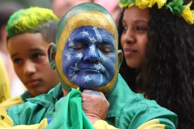 Torcedores lamentam derrota do Brasil por 2x1 para a Bélgica e eliminação da Copa do Mundo no Vale do Anhangabaú, em São Paulo — Foto: Celso Tavares/G1