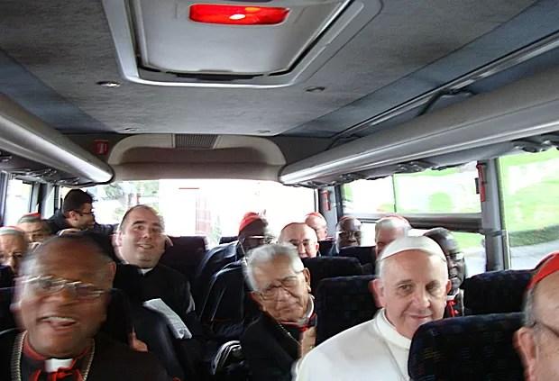 Imagem mostra o Papa Francisco (de branco) sentado no ônibus em meio a cardeais e religiosos (Foto: Frederico Henrique de Oliveira/Canção Nova)
