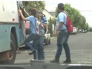 Crianças e adolescentes embarcam nos ônibus em Guapiaçu (Foto: Reprodução/TV TEM)