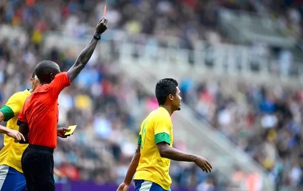 Alex Sandro recebe o cartão vermelho na partida do Brasil contra a Nova Zelândia (Foto: Reuters)