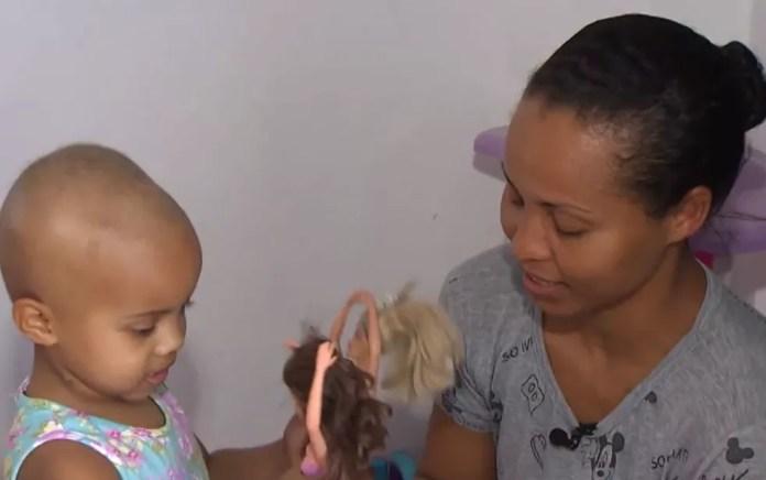 Erenilda com a filha Bianca, que faz tratamento de câncer, em Salvador — Foto: Reprodução/TV Bahia