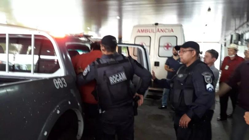 Homem que atirou em empresário foi levado para o hospital e em seguida preso pela polícia — Foto: Julianne Barreto/Inter TV Cabugi