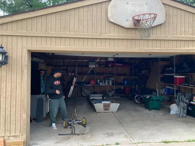 Dan Mancina organiza sozinho seu equipamento na garagem de casa — Foto: Camilo Pinheiro Machado