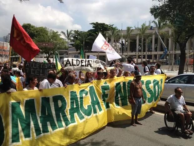 Manifestantes bloqueiam o trânsito na Avenida Maracanã, sentido Zona Sul  (Foto: Cristiane Cardoso/G1)