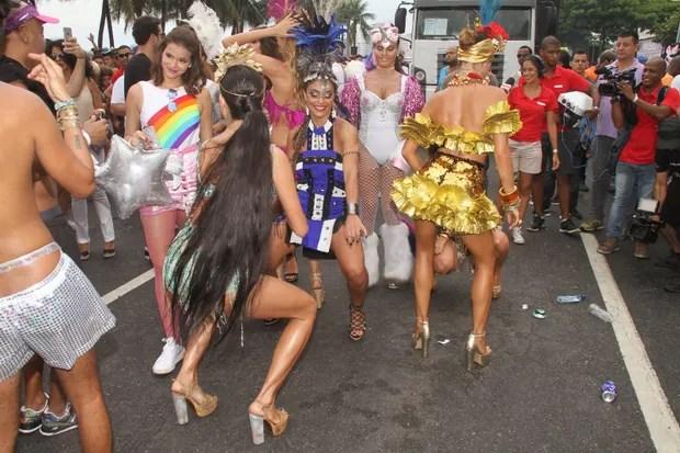 Bruna Marquezine e  Juliana Paes no Bloco da Favorita em Copacabana (Foto: Thyago Andrade- Brazilnews)