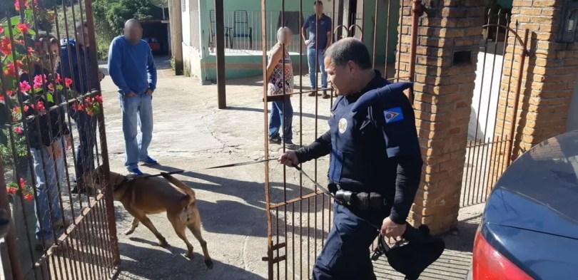 Cães foram usados em buscas na casa do casal suspeito de envolvimento na morte de Vitória (Foto: Jomar Bellini/TV TEM)