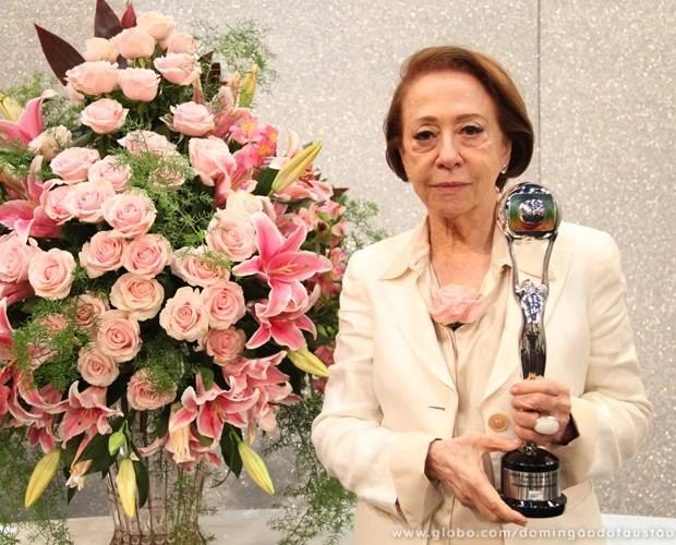 Fernanda Montenegro com o Troféu Mário Lago (Foto: Carol Caminha / TV Globo)