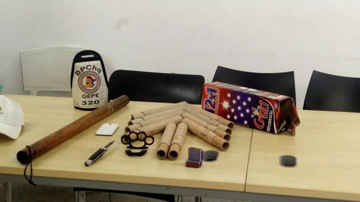 Objetos apreendidos pela PM na sede da Torcida Jovem Vasco (Foto: Divulgação/Polícia Militar)