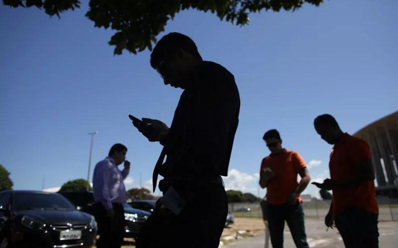 Motoristas de transporte por aplicativo reunidos próximo ao Estádio Nacional Mané Garrincha, em Brasília — Foto: Eraldo Peres/AP