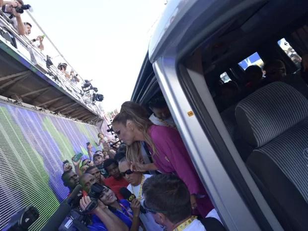 Artista posa com fãs na chegada ao circuito (Foto: Elias Dantas/Ag. Haack)