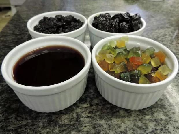 Frutas cristalizadas, ameixa e vinho são o diferencial da receita pernambucana (Foto: Marina Barbosa / G1)