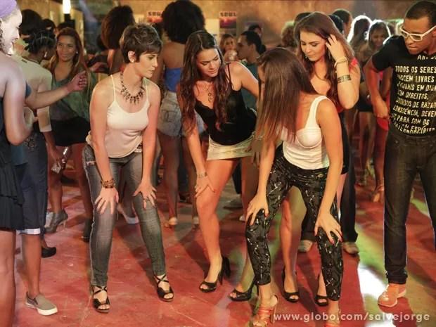 Aisha tenta aprender a dançar o funk (Foto: Salve Jorge/TV Globo)