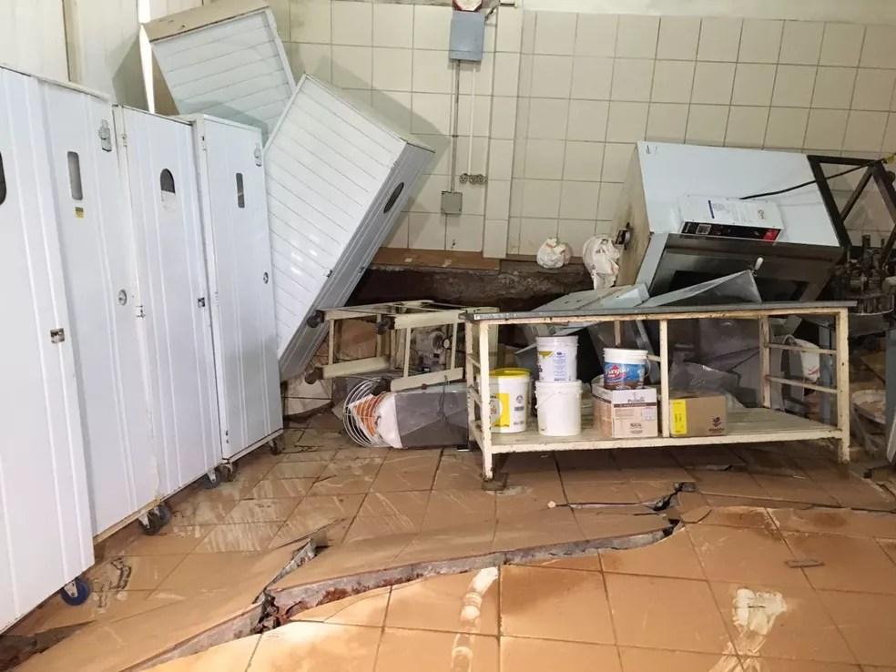 Padaria inundou e chão cedeu durante chuva que causou estragos em vários bairros de Rio Branco  (Foto: Marcelo Pereira/Rede Amazônica Acre)
