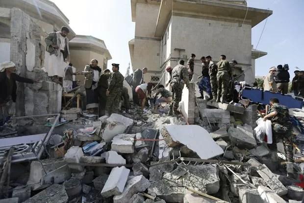 Policiais avaliam estragos na casa do embaixador do Irã no Iêmen, alvo de um atentado a bomba nesta quarta-feira (3) (Foto: Khaled Abdullah/Reuters)