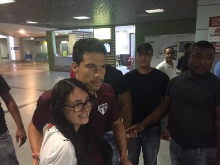 Hernanes, do São Paulo, atende torcedores no aeroporto de Salvador (Foto: Marcelo Hazan)