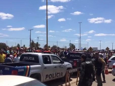 População tentou invadir delegecia onde estavam os suspeitos (Foto: Reprodução/ TV Grande Rio)