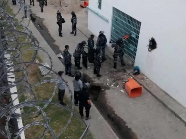 Internos quebram parede do Cenam e fogem (Foto: Diego Rodrigues)