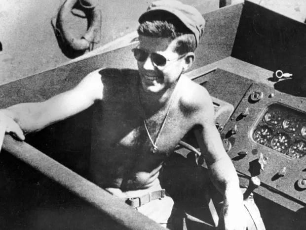 John F. Kennedy é visto a bordo do barco Patrol Torpedo PT-109 durante a Segunda Guerra Mundial em fotografia feita em 4 de março de 1942. (Foto: John F. Kennedy Presidential Library/Reuters)