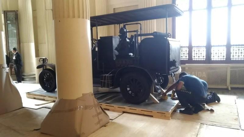 Carro é preparado para transferência do Museu do Ipiranga para abrigo provisório durante reforma  (Foto: Marina Pinhoni/G1 )