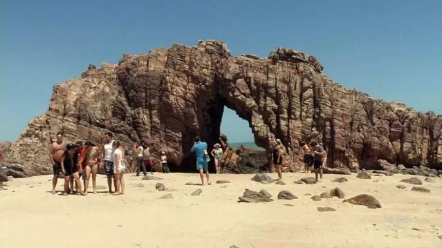 Pedra Furada, principal atração turística de Jericoacoara — Foto: TVM/Reprodução