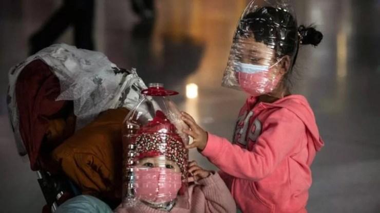 Coronavírus: chineses improvisam com garrafas plásticas em meio a ...