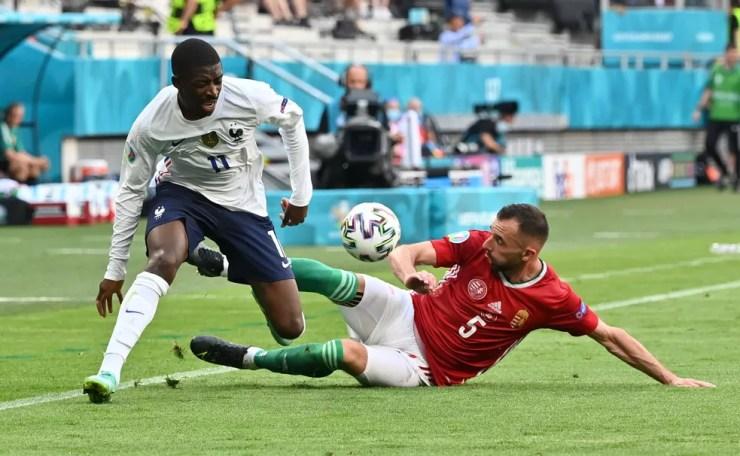 Ousmane Dembélé machucou o joelho direito no jogo contra a Hungria — Foto: Reuters