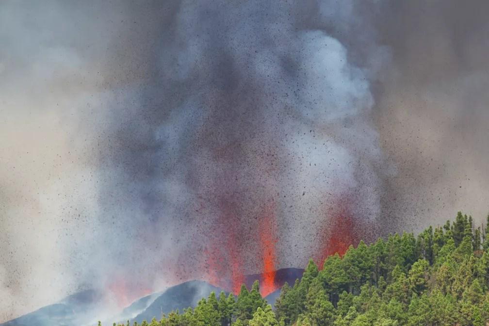Lava e fumaça são vistas após a erupção de vulcão no parque nacional Cumbre Vieja em El Paso, nas ilhas Canárias de La Palma — Foto: Borja Suarez/Reuters