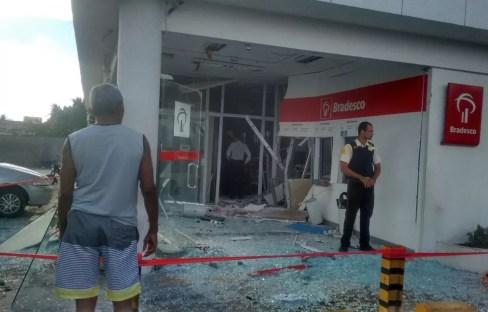 Bandidos explodem agência do Bradesco em Ceará-Mirim (Foto: Julianne Barreto/Inter TV Cabugi)