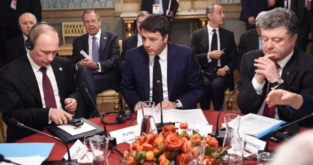 O premiê da Itália, Matteo Renzi, fala com os presidentes da Rússia, Vladimir Putin, e da Ucrânia, Petro Poroshenko, em reunião em Milão nesta sexta-feira (17) (Foto: Daniel Dal Zennaro/AFP)