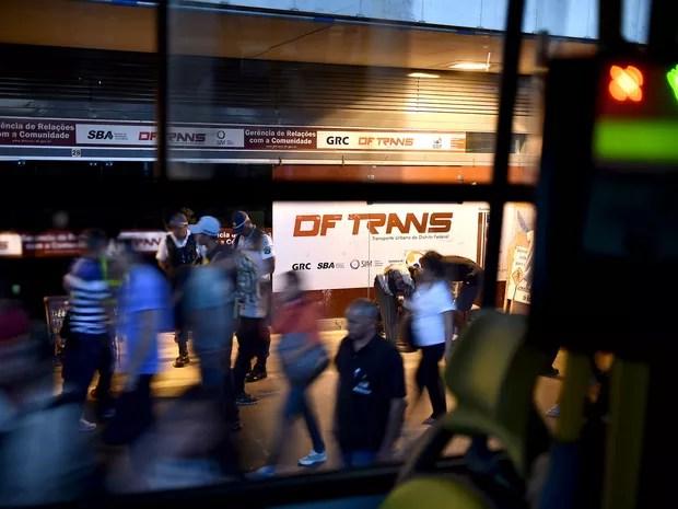 Passageiros circulam em frente a Posto do DFTrans no térreo da Rodoviária do Plano Piloto (Foto: Andre Borges/Agência Brasília)