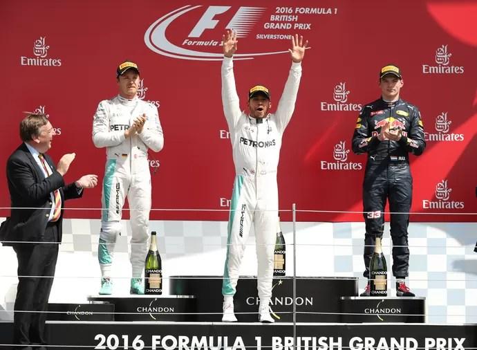 Lewis Hamilton, Nico Rosberg e Max Verstappen no pódio do GP da Inglaterra (Foto: Reuters)