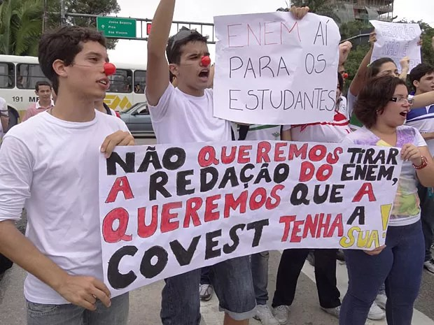 Protesto contra peso da redação do Enem - Recife (Foto: Luna Markman / G1)