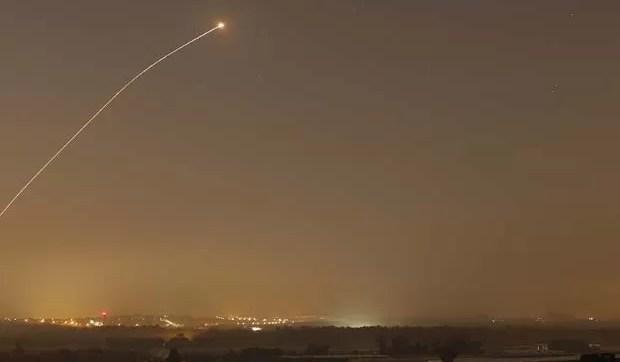 ma interceptação de foguete pelo Domo de Ferro, sistema de defesa da Israel, é vista enquanto foguetes são lançados em direção a Israel nesta quarta-feira (13) (Foto: REUTERS/Amir Cohen)