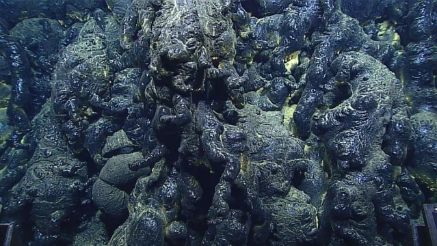 Lava nas profundezas da Fossa das Marianas (Foto: Bill Chadwick, NOAA Exploration and Research Program and Pacific Marine Environmental Laboratory)