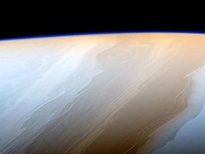 As nuvens de Saturno se parecem pinceladas porque as ondas fluem de acordo com a interação com a atmosfera de Saturno (Foto: NASA/JPL-Caltech/Space Science Institute)