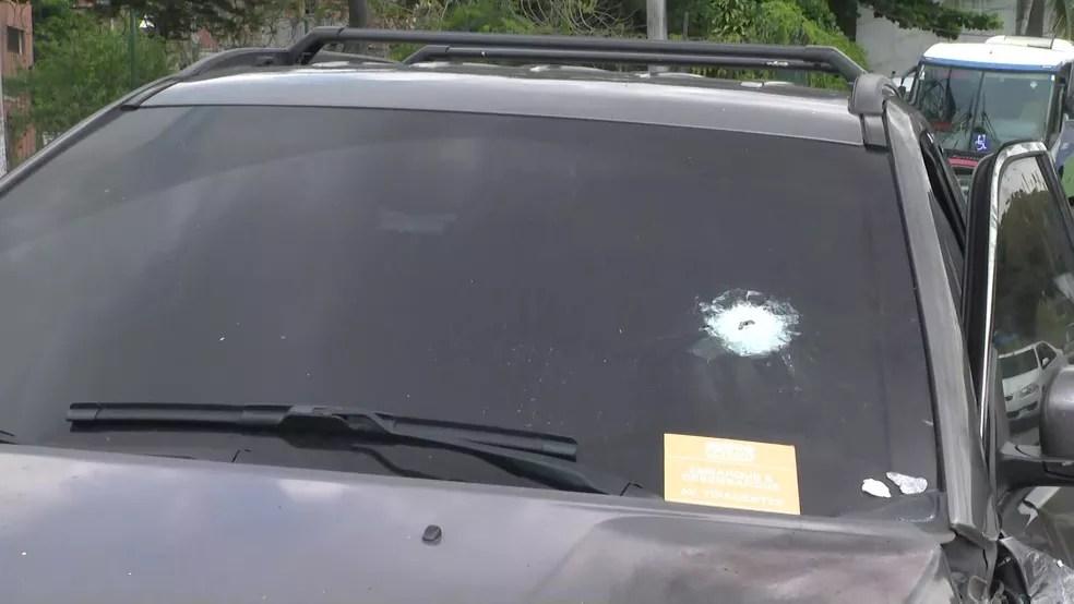 Carro de homem que entrou por engano em comunidade da Zona Norte do Rio foi atingido por pelo menos quatro tiros — Foto: Reprodução/ TV Globo