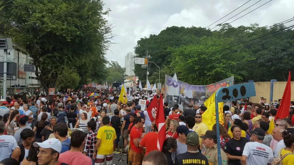 Trabalhadores de várias áreas participam do protesto (Foto: Thyago Macedo)