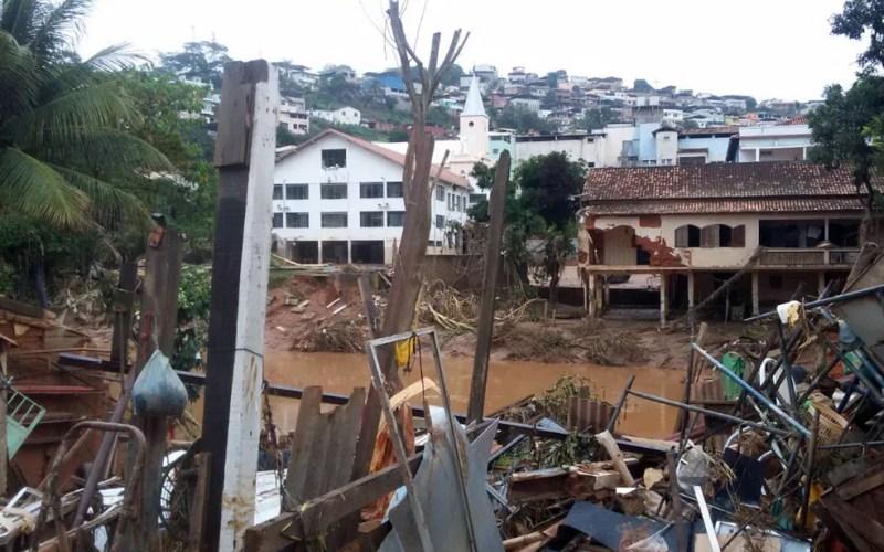Imóveis ficam destruídos após chuva em Rio Casca (Foto: Saulo Luiz/TV Globo)