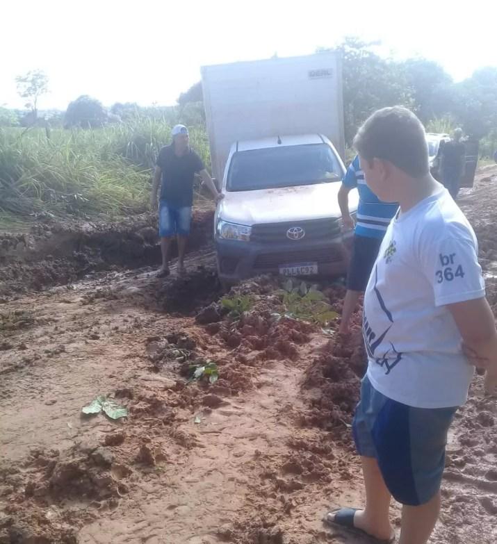 Carros estão atolados em trecho da BR-174, em Mato Grosso — Foto: Arquivo Pessoal
