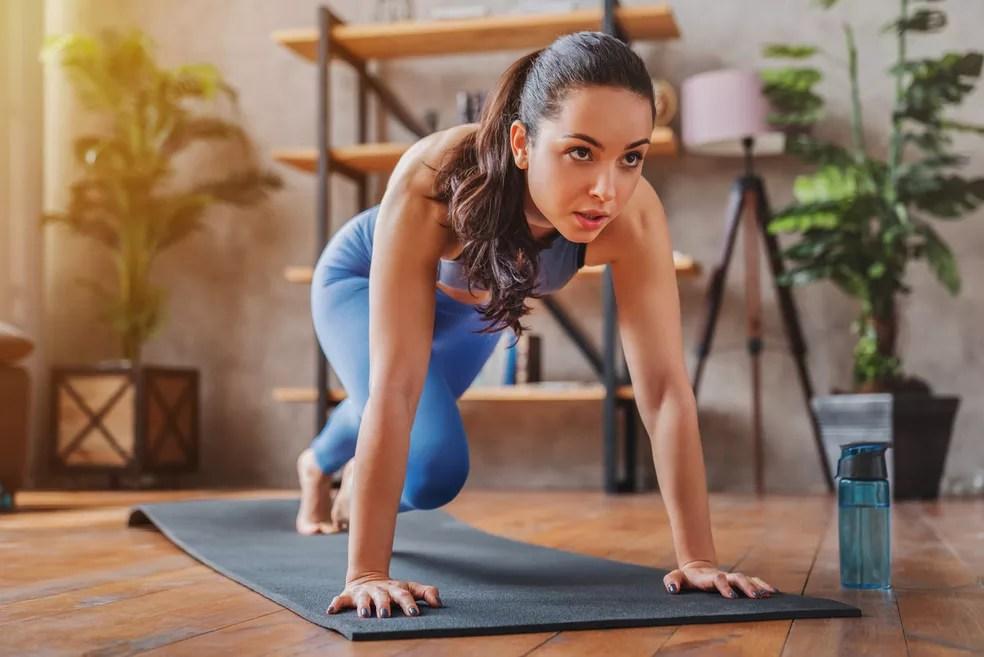 Manter uma pequena rotina de exercícios, de poucos minutos, algumas vezes por semana já proporcionará resultados bastante importantes para a manutenção da saúde e da qualidade de vida — Foto: Istock Getty Images
